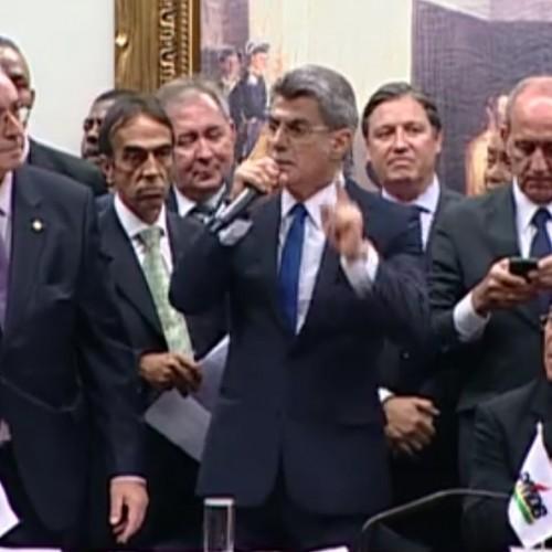 Por aclamação, PMDB oficializa rompimento com governo Dilma