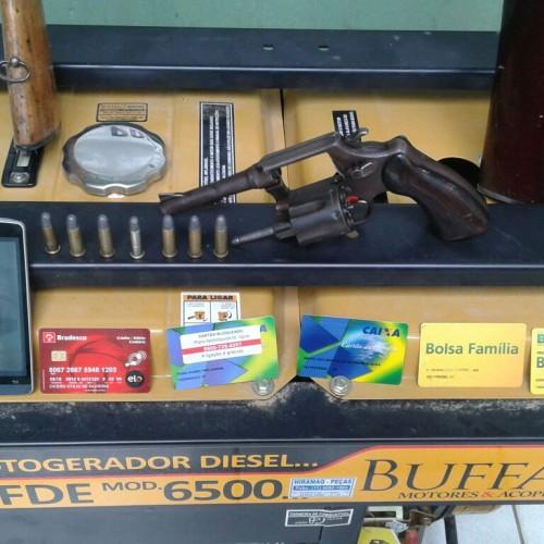 Polícia prende homem com armas e 10 cartões bancários no interior