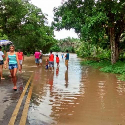Riacho transborda após forte chuva, invade pista e deixa cidade 'isolada'