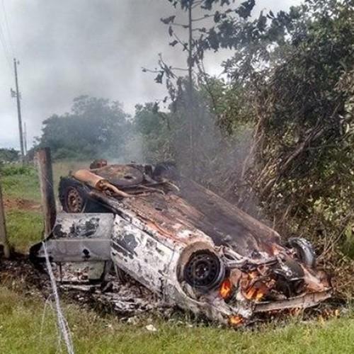 Veículo pega fogo após capotar no interior do Piauí
