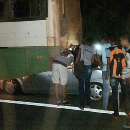 Colisão entre carro e ônibus escolar deixa uma pessoa morta na BR-343