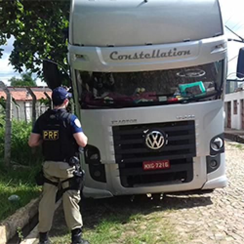 PRF-PI prende caminhoneiro com documento roubado e placa falsa