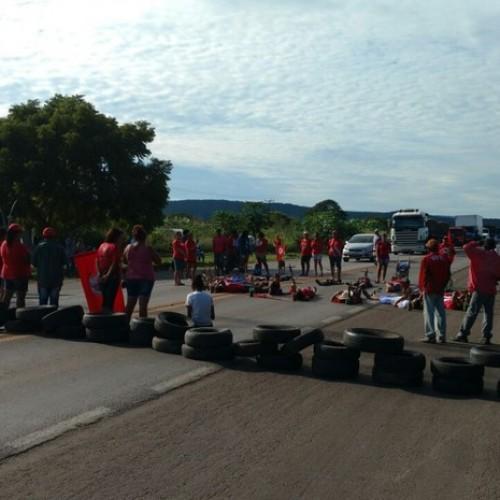Manifestantes fecham vias pelo país em atos contra impeachment