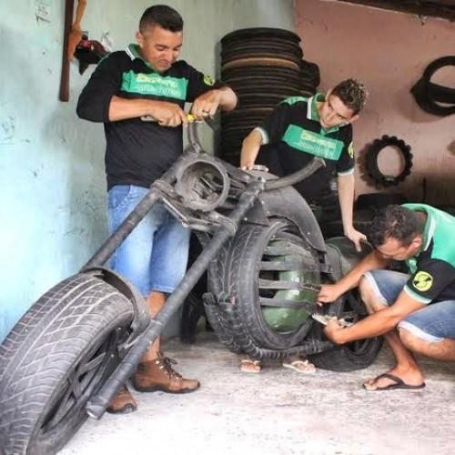 Artesão recolhe pneus nas ruas e cria motocicletas em tamanho real no Piauí