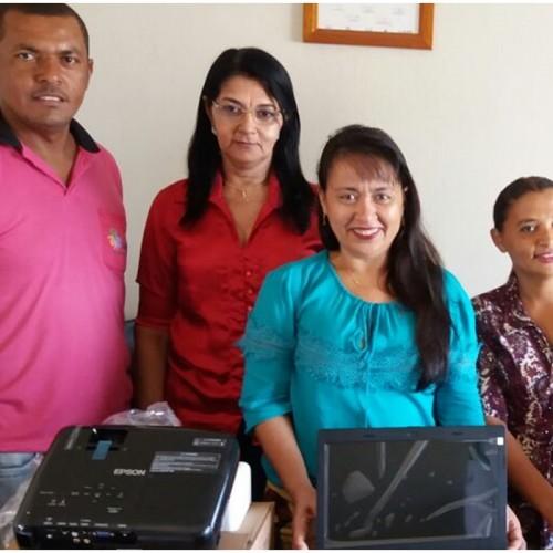 JAICÓS | Prefeita Waldelina Crisanto entrega notebooks para escolas do município