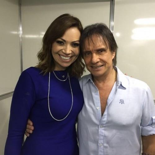 Em THE, Solange Almeida tira fotos com rei Roberto Carlos em camarim