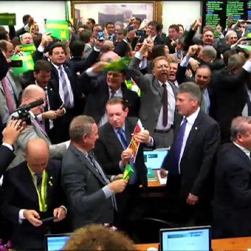 Aprovado por 38 votos a 27 relatório que pede o 'impeachment' da Dilma
