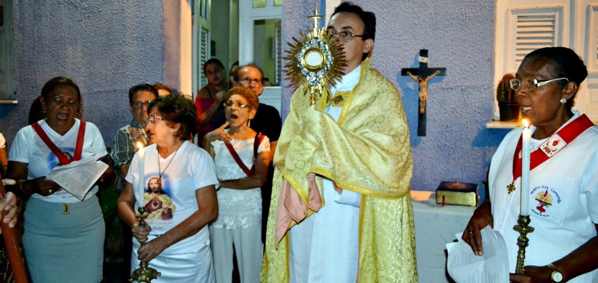 Fieis celebram Corpus Christi com missa e procissão em Jaicós; veja imagens