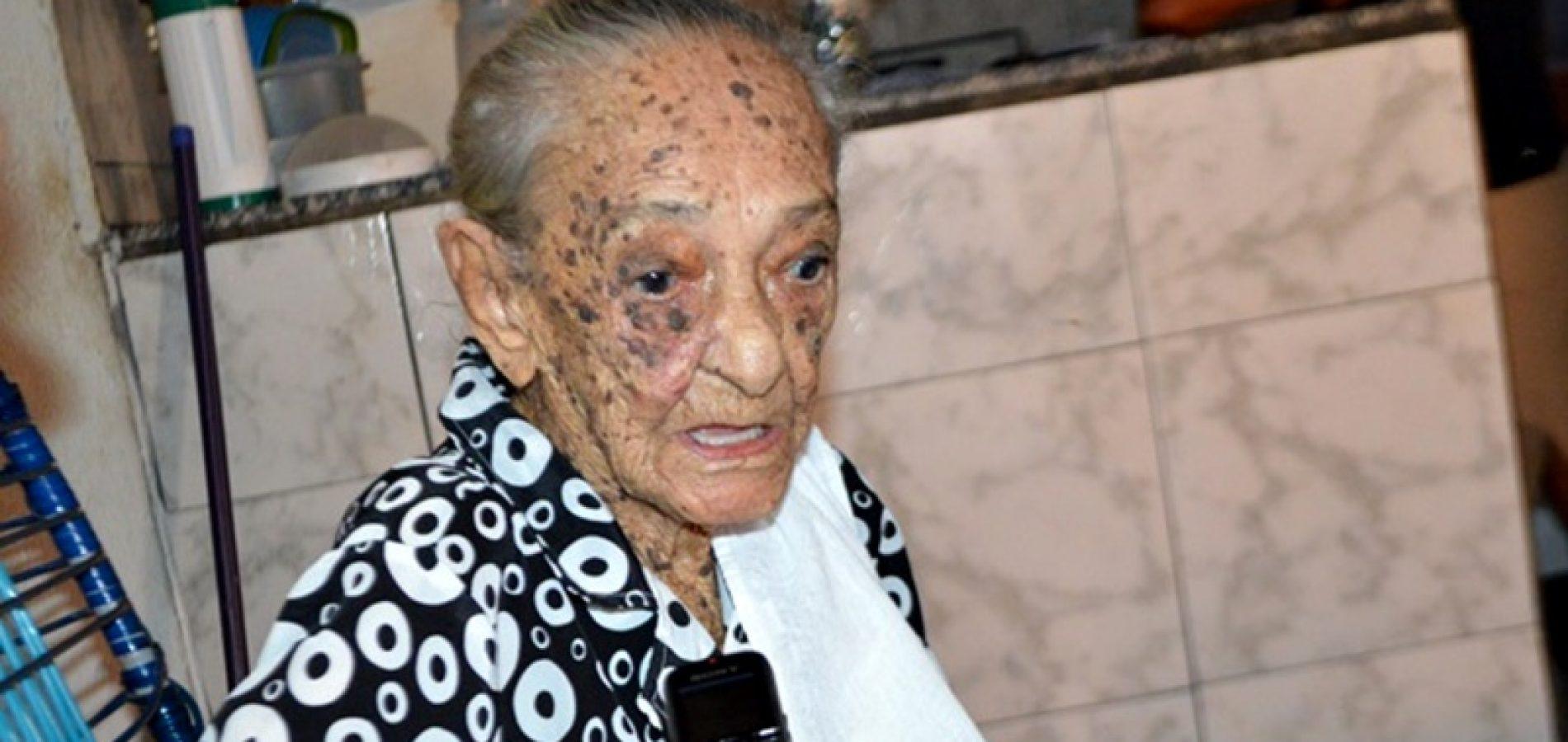 Com 106 anos, mulher mais idosa de Jaicós é homenageada pela Câmara
