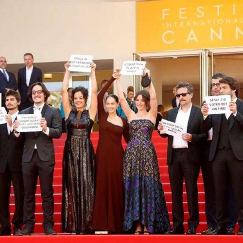 Em Cannes, artistas brasileiros protestam contra afastamento de Dilma