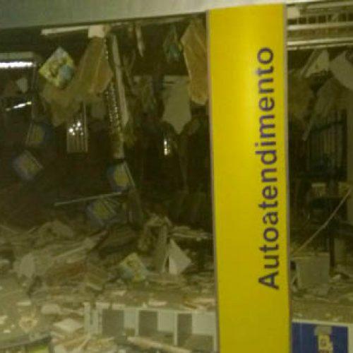 Quadrilha explode banco, fere dois moradores e um suspeito é morto