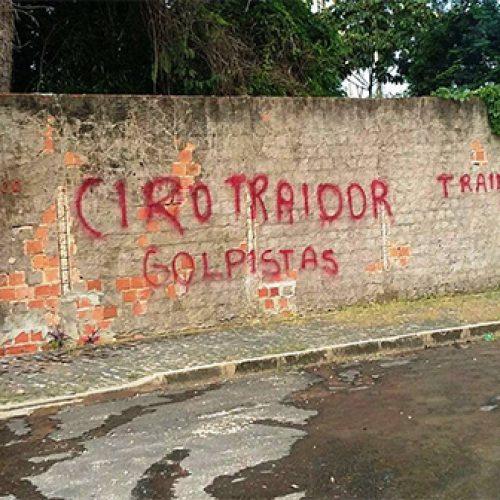 """Muro da casa de Ciro e Iracema é pichado: """"Golpistas"""""""