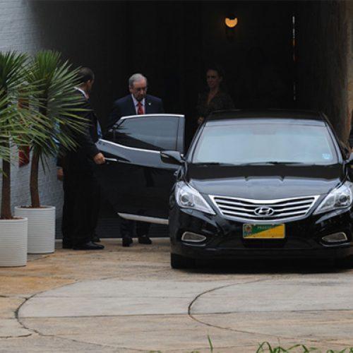 Eduardo Cunha, fora do mandato, continua com alto salário, carro particular, avião e seguranças