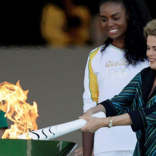 Dilma Rousseff acende a chama olímpica, e tocha vai percorrer o Brasil em  revezamento