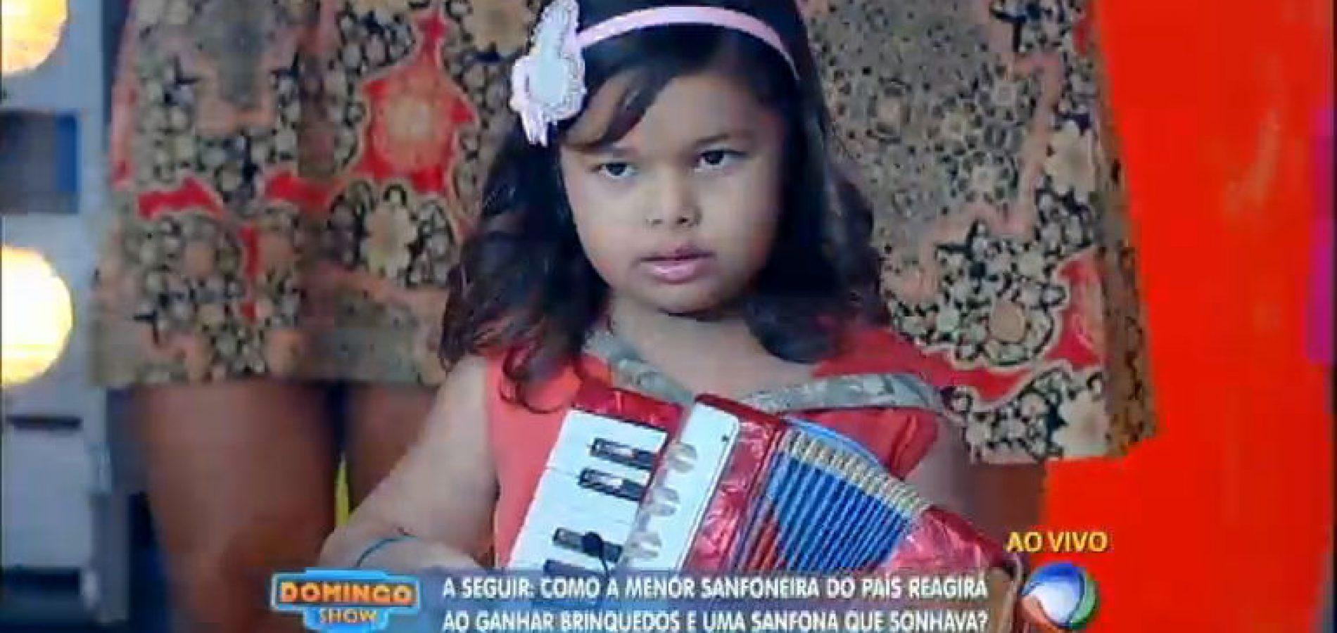 De São Julião, sanfoneira de 5 anos toca no palco do 'Domingo Show' da TV Record. Assista!
