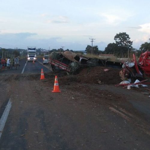 Colisão frontal entre caminhões deixa dois feridos e interdita BR-343