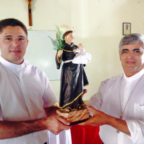 Padre Wagner entrega ao bispo o comando da Paróquia de Padre Marcos