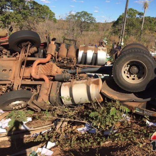 Carreta com resmas de papel tomba em rodovia  do Piauí