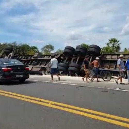 Motorista tomba caminhão baú e fica preso às ferragens na BR-343 no Piauí