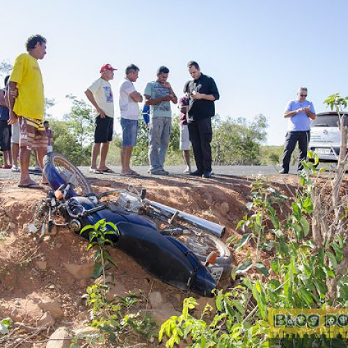 Motociclista perde o controle, desce aterro e morre após colidir em cerca