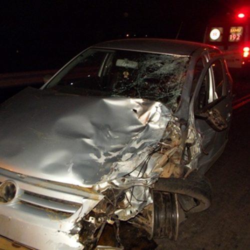 Veículo colide em moto e casal morre ao ser arremessado
