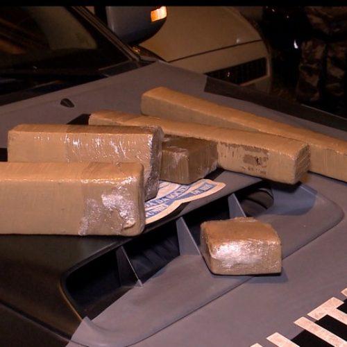 PM prende dois homens com tabletes de maconha e balança de precisão