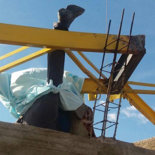 Homem morre após coluna de ferro cair sobre sua cabeça em construção de quadra poliesportiva em Massapê; fotos