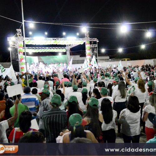 De branco, multidão manifesta apoio às candidaturas de Zé Melado e Juvanir em Padre Marcos; fotos