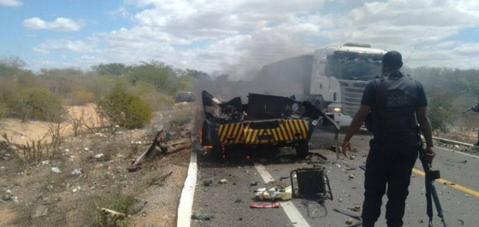Grupo explode cofre e ateia fogo em carro-forte no sertão de Pernambuco;fotos