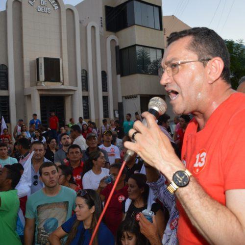 Padre Walmir percorre três bairros no primeiro dia de campanha