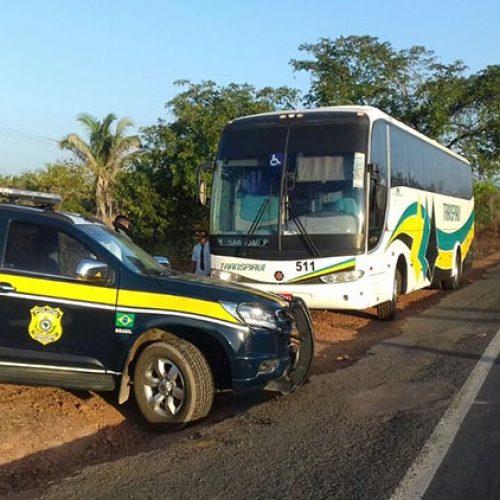 PRF prende dupla com drogas em mala em ônibus de Floriano