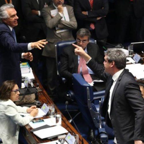 Sessão para julgamento de Dilma tem bate-boca e troca de acusações