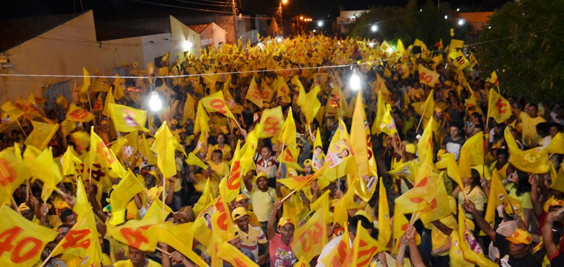 De amarelo, grande público participa de caminhada e comício de encerramento da campanha de  Valdinar e Valdo em Padre Marcos