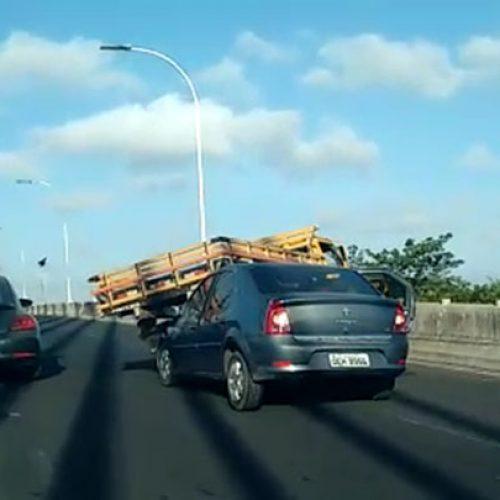 Caminhão fica em cima de carro em acidente na Estaiada