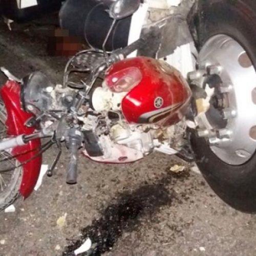 Mãe e filho morrem em acidente com moto, hilux e carreta em Santo Antônio de Lisboa