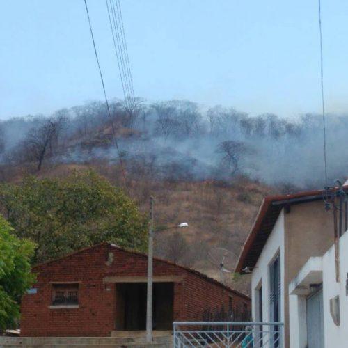 Incêndio florestal ameaça residências em Santana do Piauí