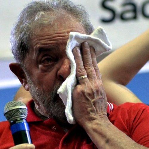 Lula chora e diz que se entrega a pé se provarem corrupção