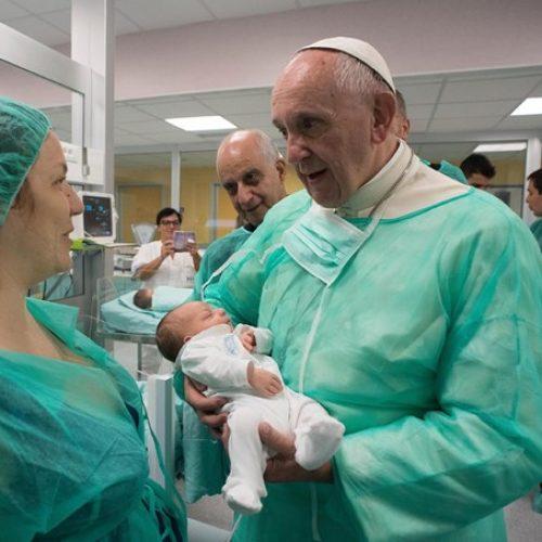 Papa visita hospitais de surpresa e emociona fiéis