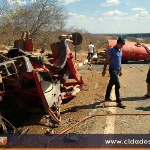 Caminhão pipa capota na BR 407, fica destruído e deixa dois feridos; veja fotos