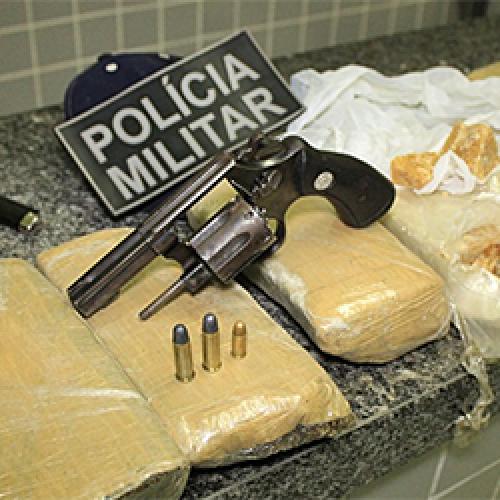 Casal é detido pela polícia dentro de táxi com revólver, crack e maconha