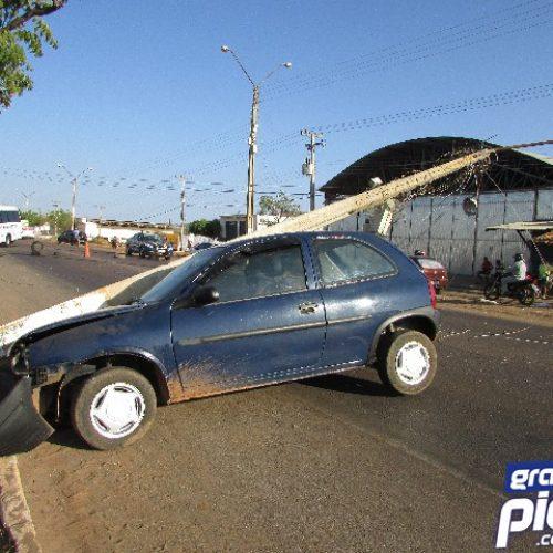 PICOS | Carro colide contra poste no bairro Junco