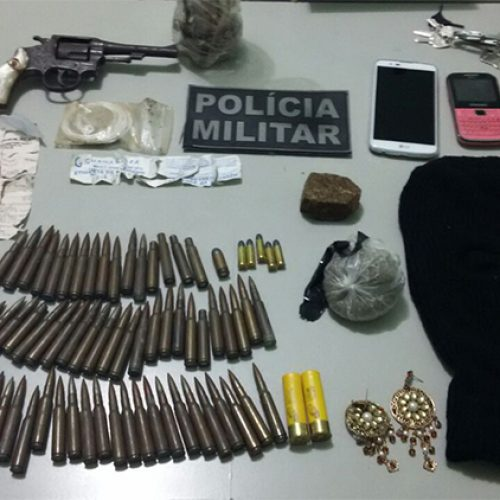Polícia localiza munição de fuzis e armas enterradas e homem é preso em Fronteiras