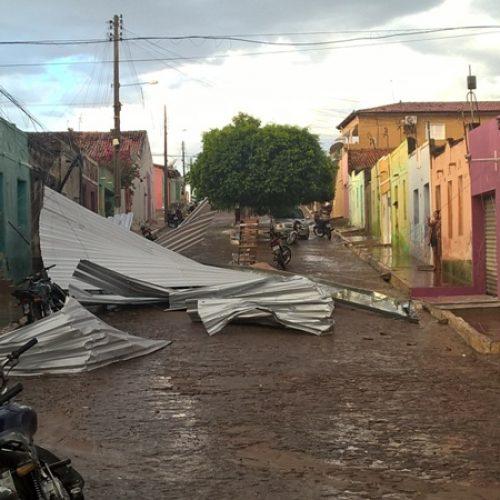 Fortes ventos causam estragos e assusta população de São Julião; veja imagens