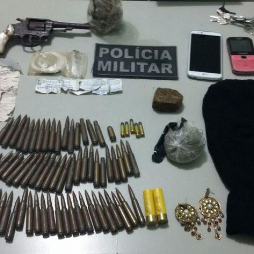 PM prende dois e encontra drogas, arma e munições enterradas em Fronteiras