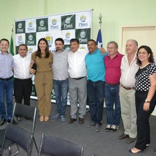 Prefeito eleito de Santa Cruz do Piauí recebe governador e consegue benefícios para população