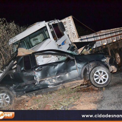Carro fica destruído e motorista morre em grave acidente com caminhão na BR 407; veja fotos exclusivas