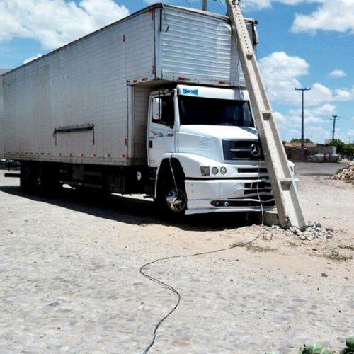 JAICÓS | Caminhão bate em poste nas proximidades do Posto Sara, na BR 407