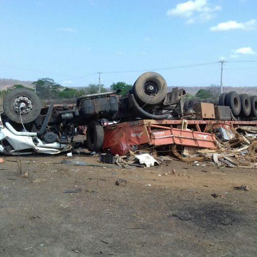 Pneu de caminhão estoura e uma pessoa morre em capotamento na BR-316