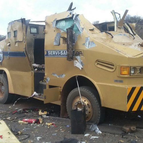 Vestidos de policiais, 12 homens armados explodem carro-forte na BR 316 próximo a Dom Expedito Lopes. Veja fotos!