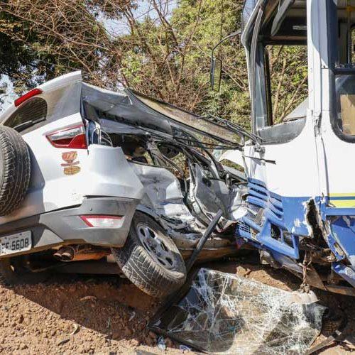 Colisão entre ônibus escolar e carro deixa motorista ferido
